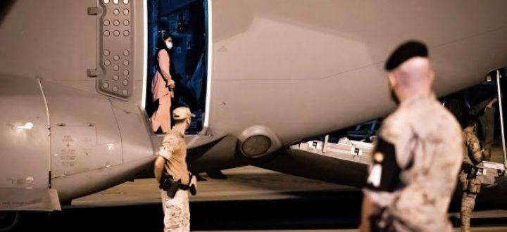 una-mujer-afgana-en-el-avion-aterrizado-en-torrejon